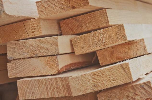 bahan bangunan lombok berupa kayu